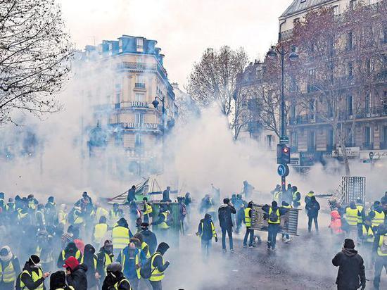 法国迎危险周末 8万警员出动装甲车严阵以待