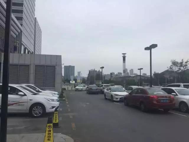 女司机让男子挪车 男子砸车并撞向女司机及孩子