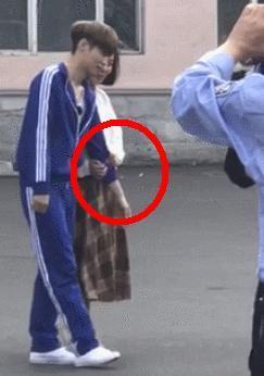 张艺兴和女生牵手的姿势注定了他注孤生,那你知道他的把脉手吗?