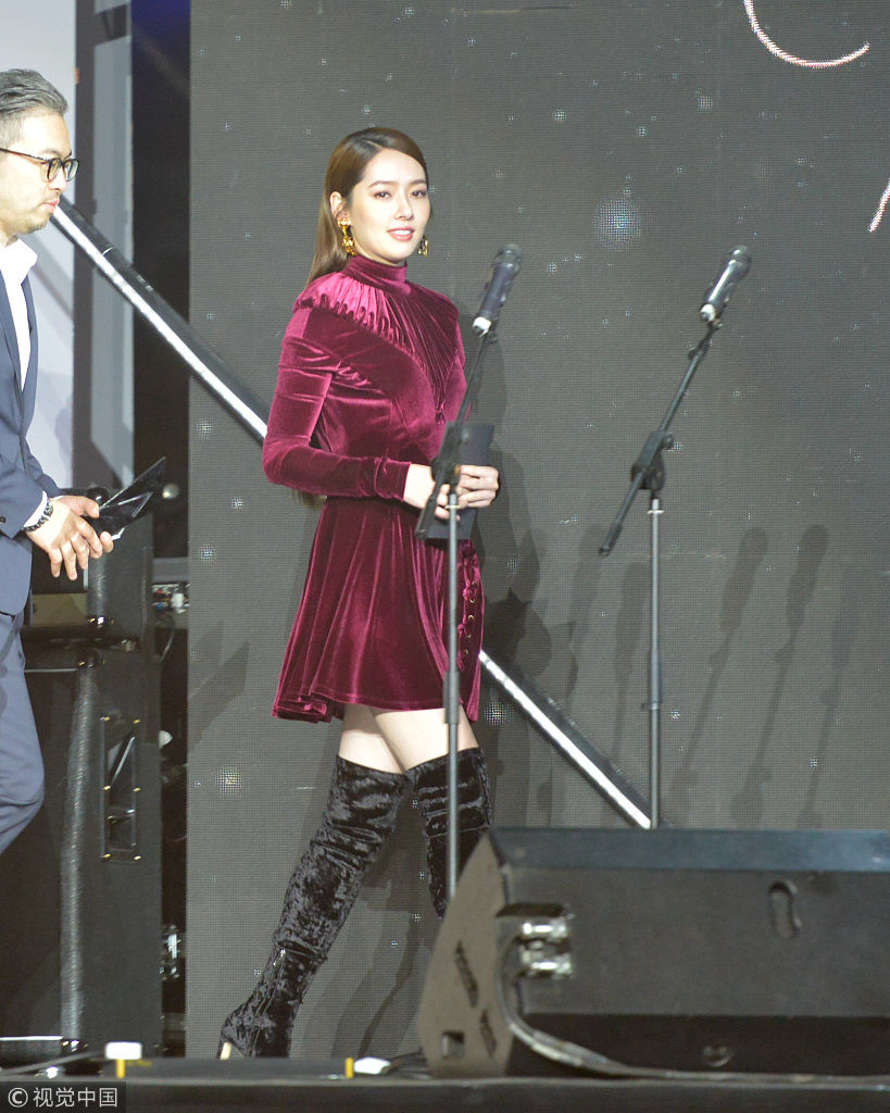 郭碧婷穿长筒靴秀美腿 实在是太美了