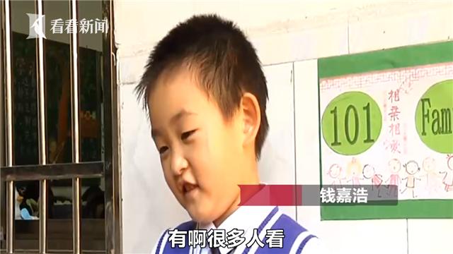 今日绵竹:老师要求树叶上写拼音_小学生扛芭蕉叶交作业