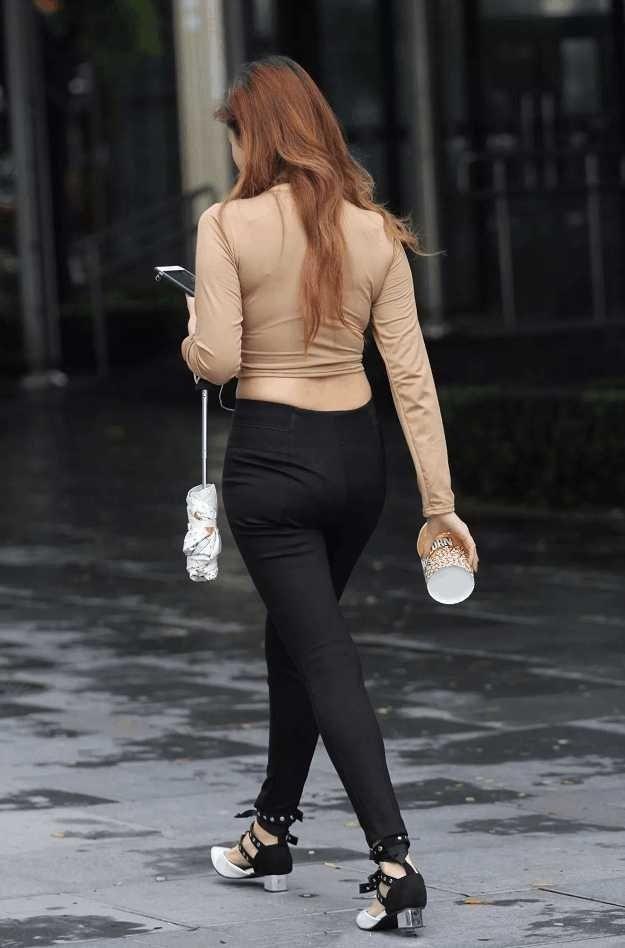 街拍:蜂腰翘臀的紧身黑裤少妇,S形身材让人吃腰子根本停不下来!
