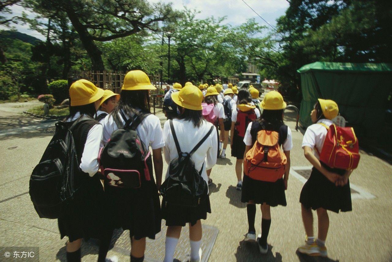 日本小学生冬天穿短裙短裤,无人接送独自上学