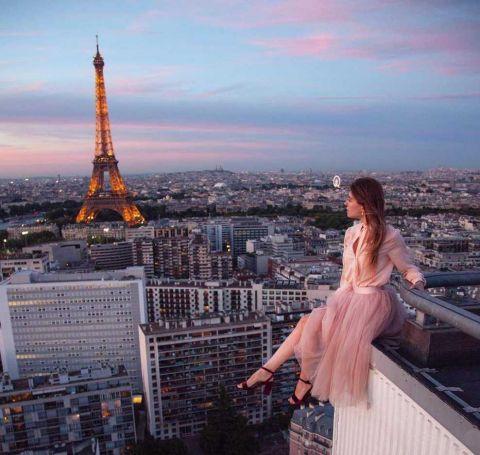 美女每天换不同的衣服 在最危险的地方拍照