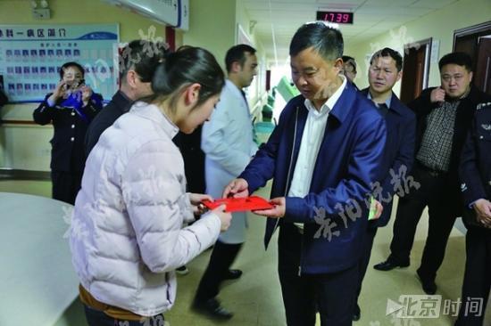 3岁女童5楼坠下多人伸手相接 女交通协管员被砸伤!!! - 周公乐 - xinhua8848 的博客