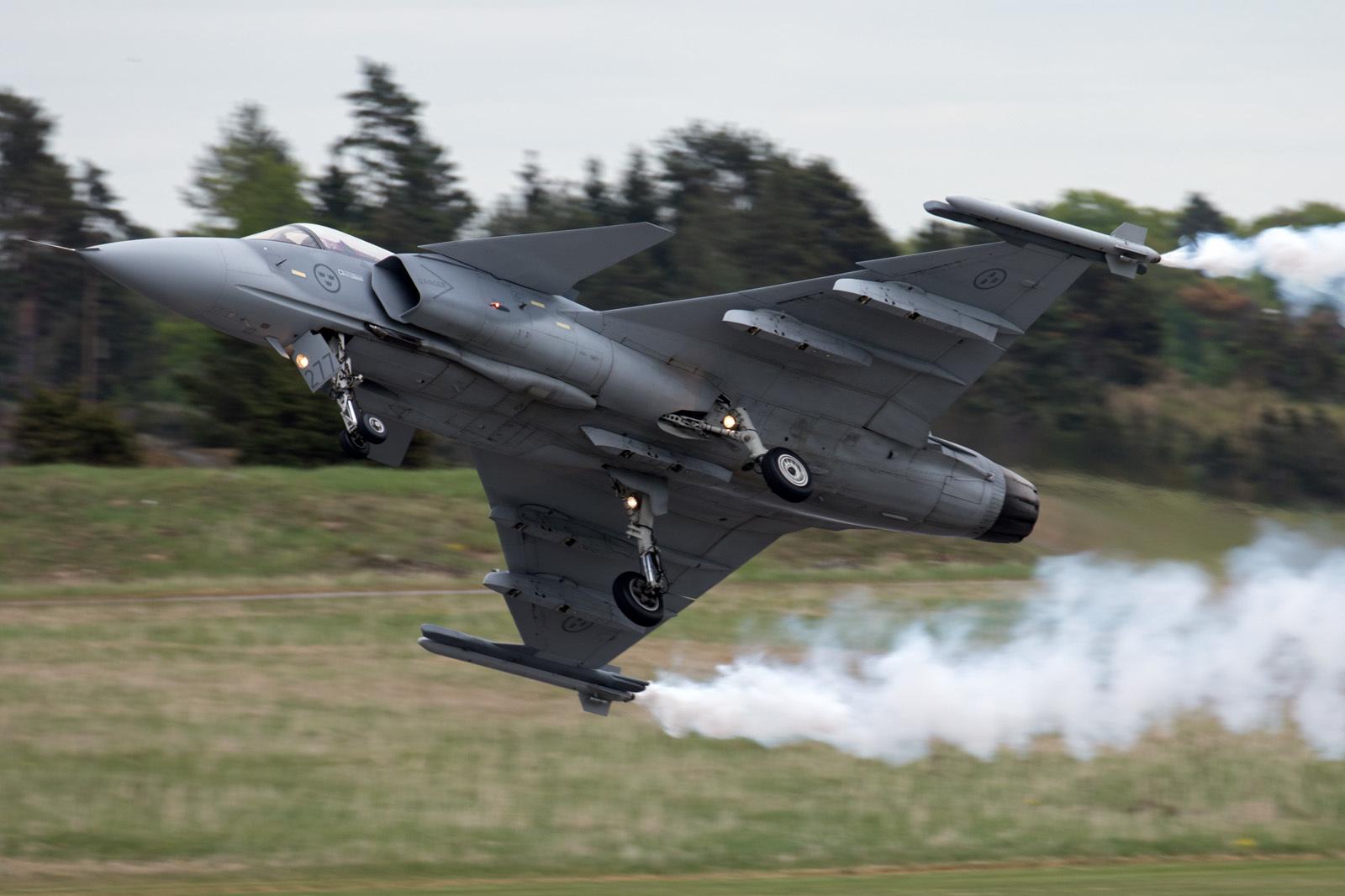 三代机vs四代机:歼-10C面对F-22A胜算多大?