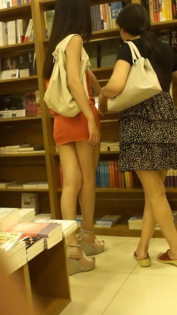 """街拍:母女俩一块逛街买书,真想问阿姨缺不缺""""女婿"""""""